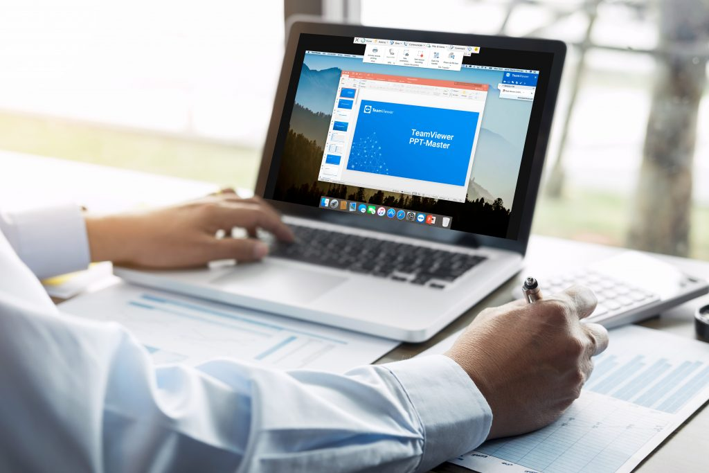 Man giving online presentation by TeamViewer Free Screen Recorder