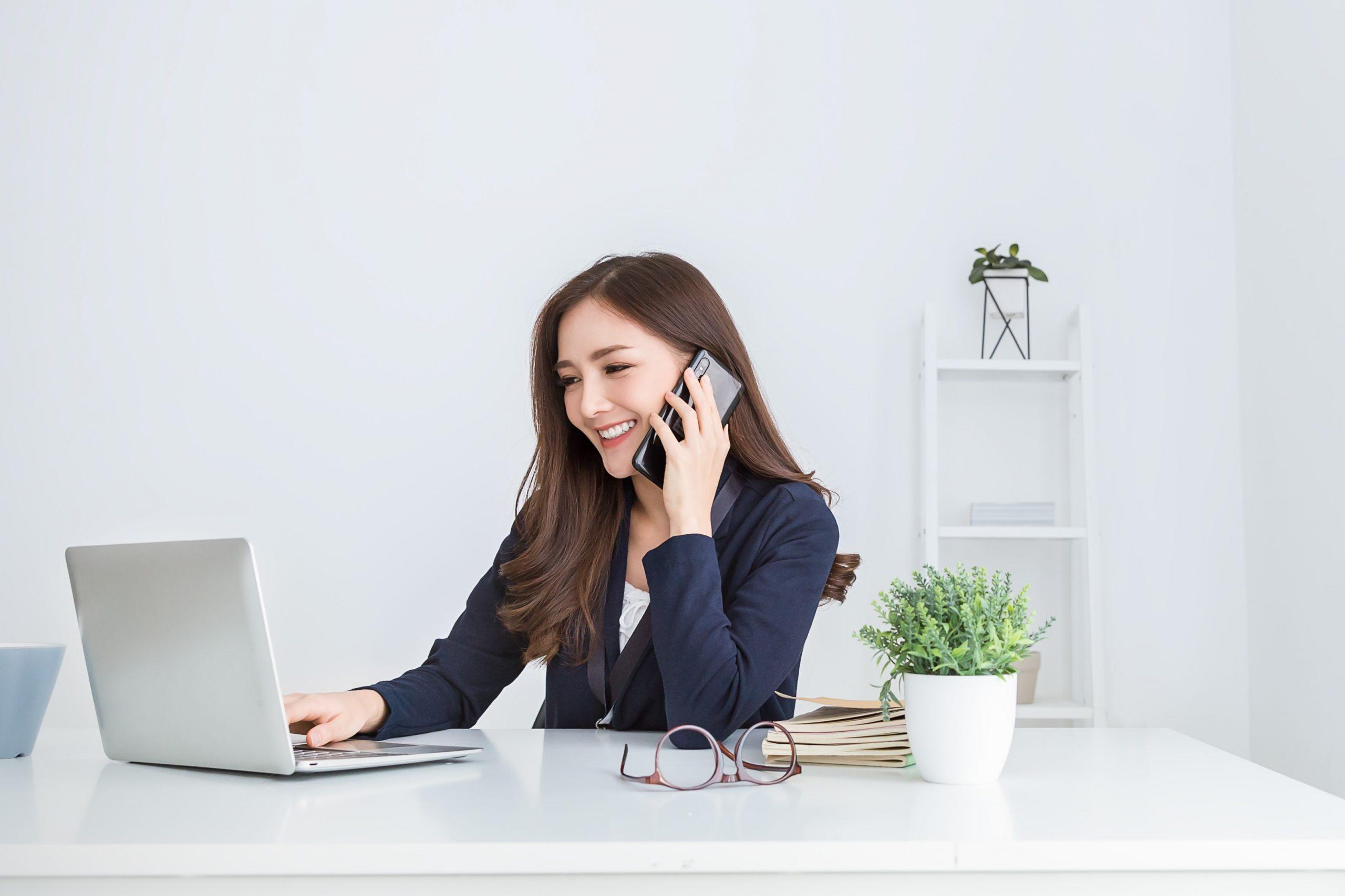 ノートパソコンで自宅で仕事の女の子